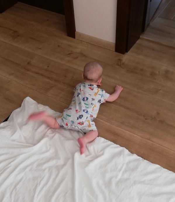 activitati-bebelus-doua-luni-tummy-time