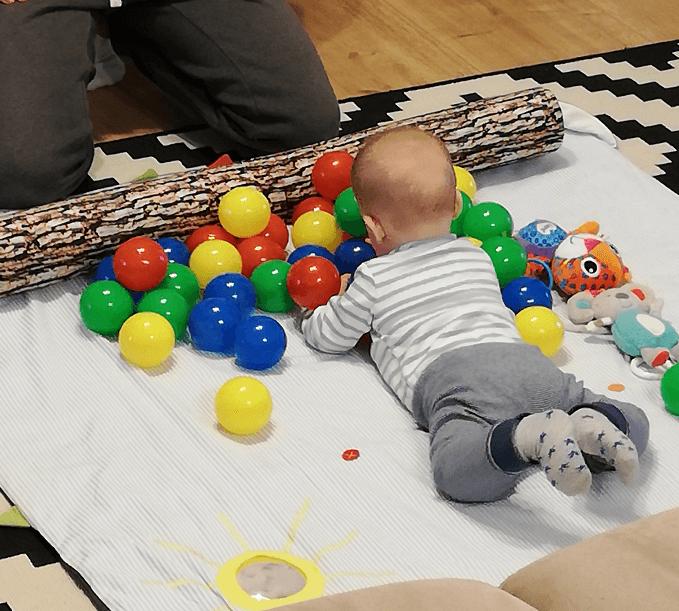 activitate-mingi-bebelus-5-6-luni