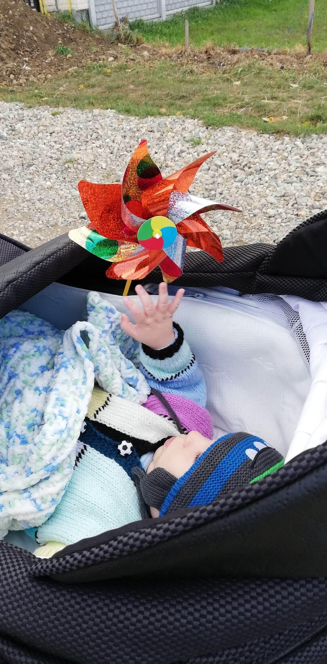 activitati-bebelusi-5-luni-morisca-vant