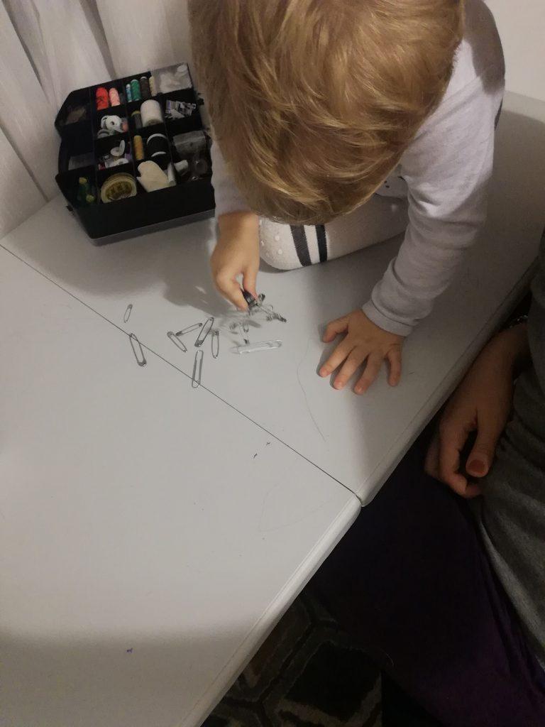 activitati-toddler-joaca-cu-magneti