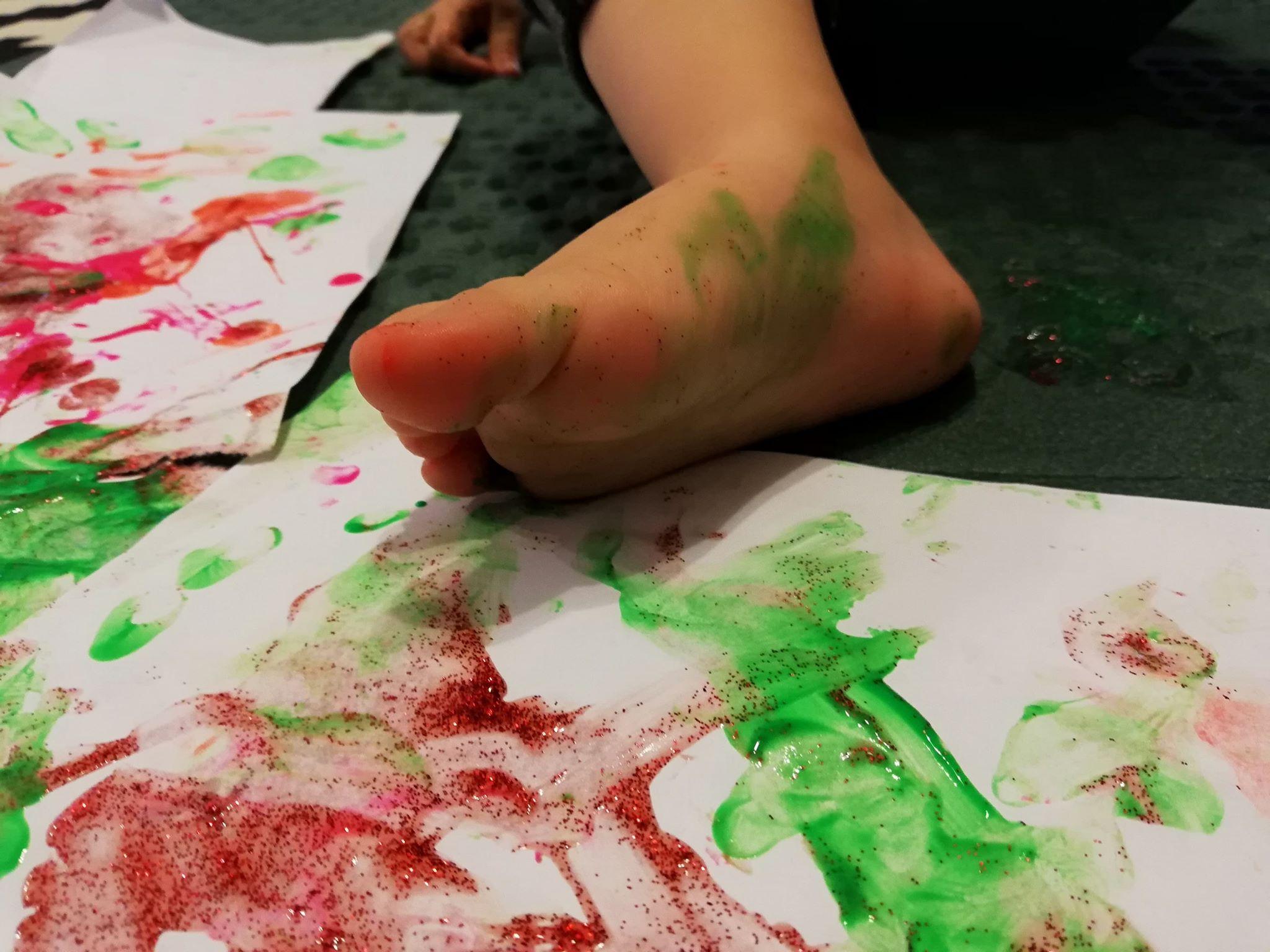 activitati-de-interior-pentru-copii-de-un-an-pictura-cu-picioarele
