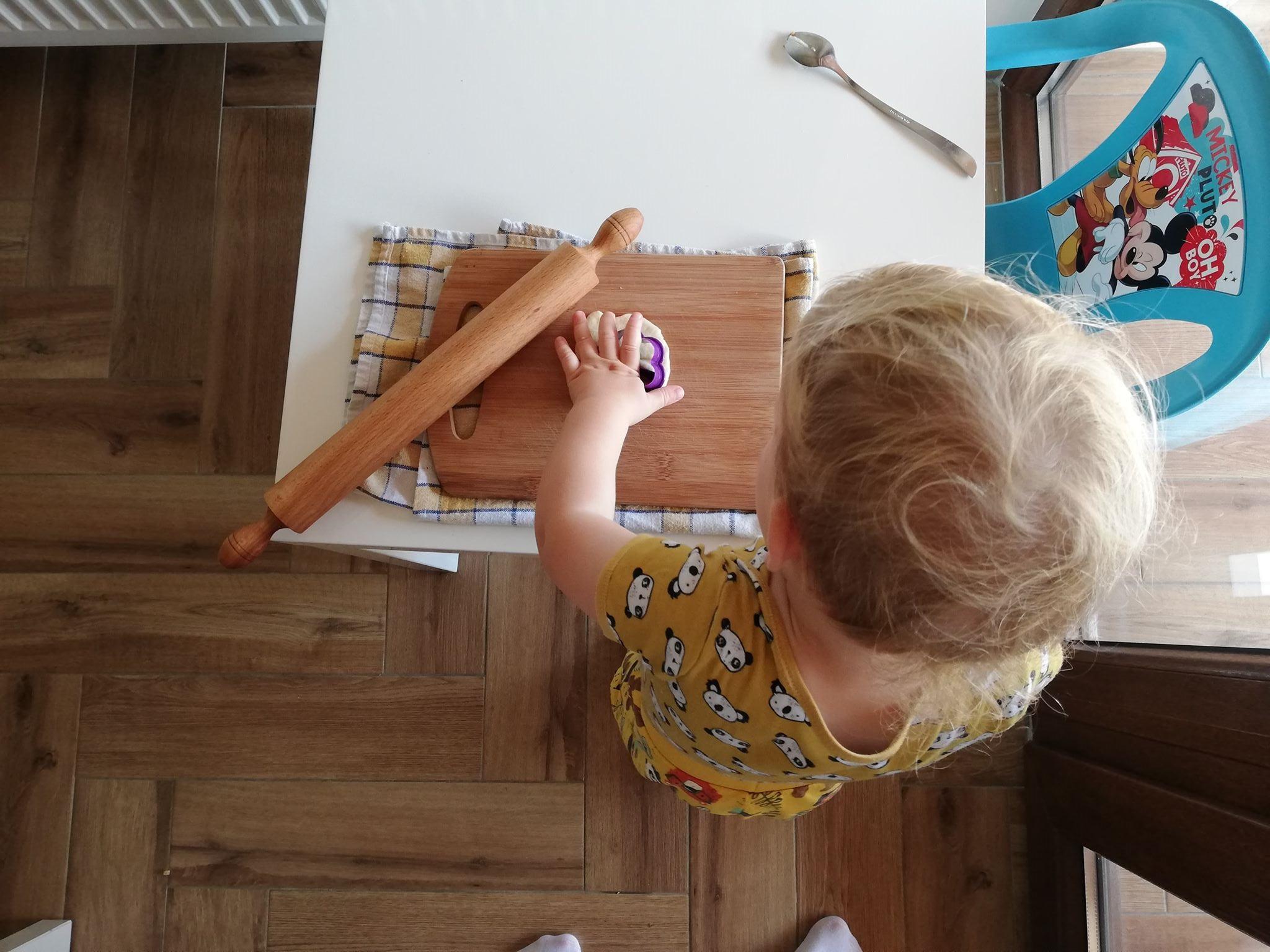 activitate-in-casa-pentru-copii-de-un-an-aluat-plastiina-playdough