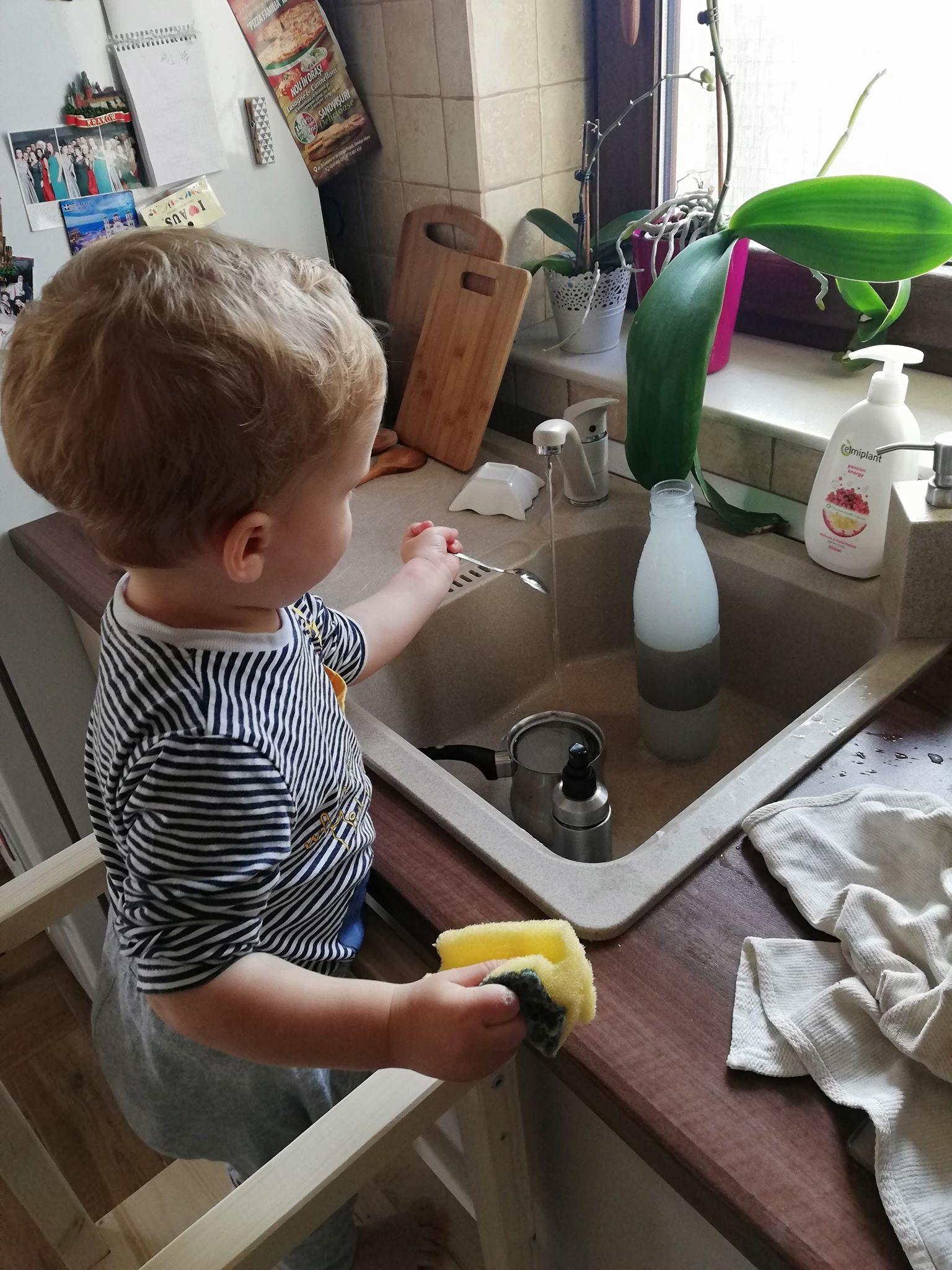 activitate-interior-copil-un-an-spalatul-vaselor-pe-turn-de-invatare
