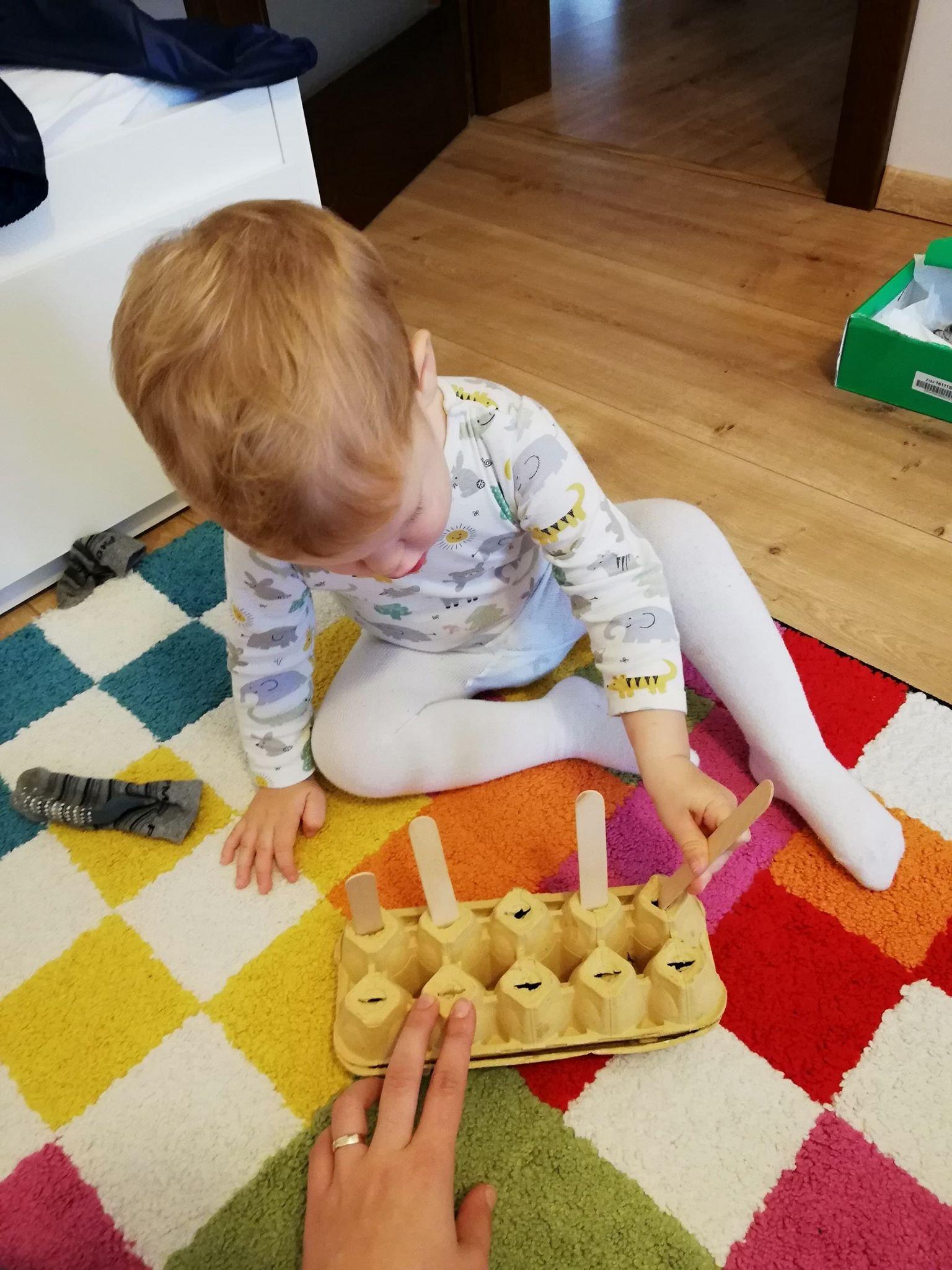 activitate-pentru-copii-de-un-an-in-interior-cofrag-de-oua