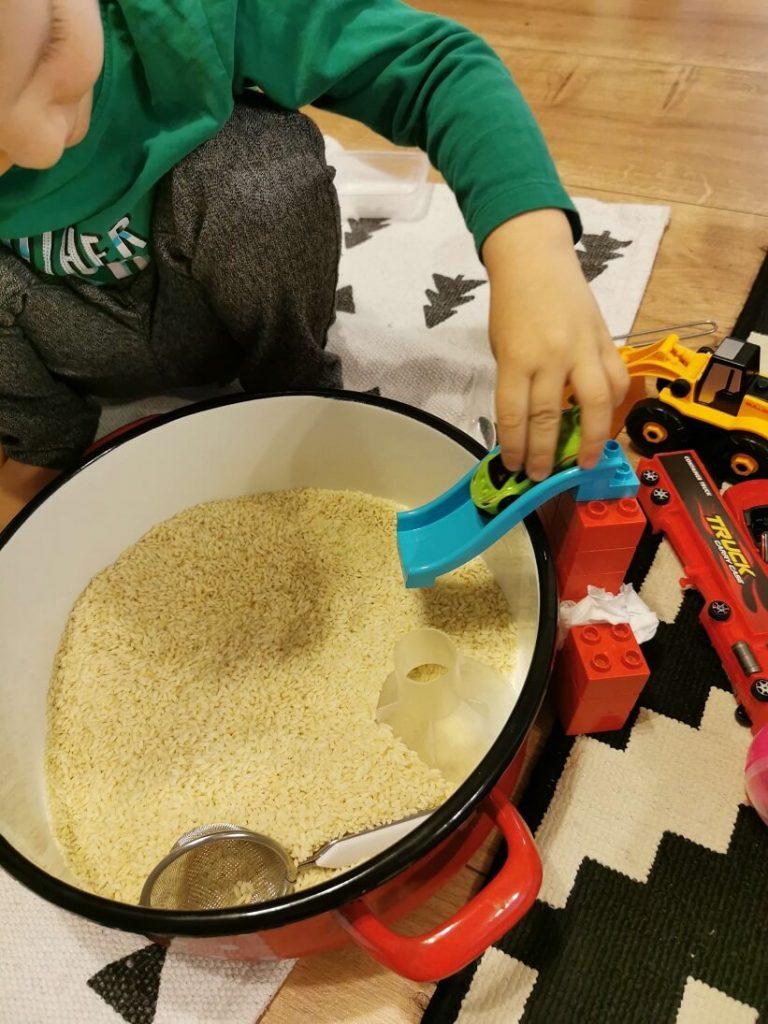 idei-activitati-3-ani-jocuri-cu-orez-tobogan-masinuta