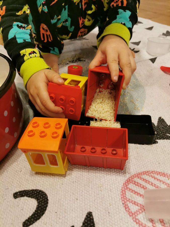 jocuri-cu-orez-idei-activitati-3-ani-tren-lego-duplo