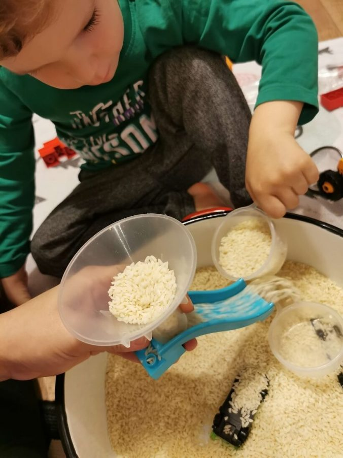 jocuri-cu-orez-palnie-tobogan-idei-activitati-3-ani