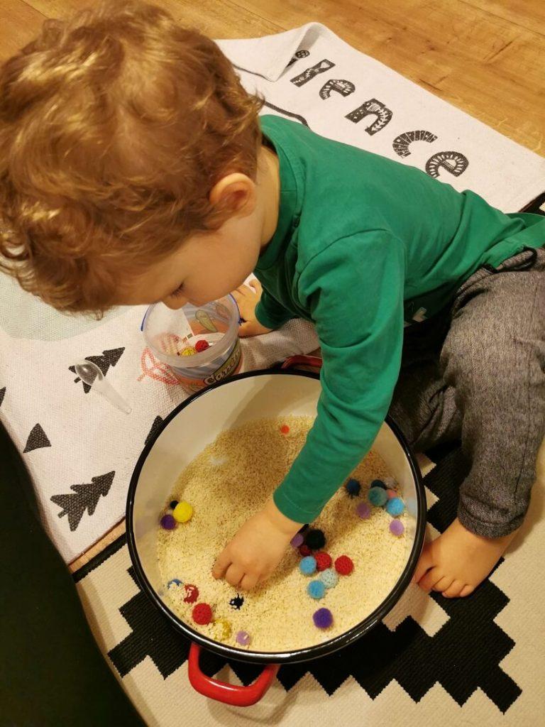 jocuri-orez-activitati-trei-ani-sortare-pom-poms