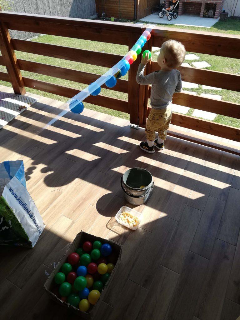 activitate-toddler-doi-ani-lipit-bile-pe-banda-adeziva
