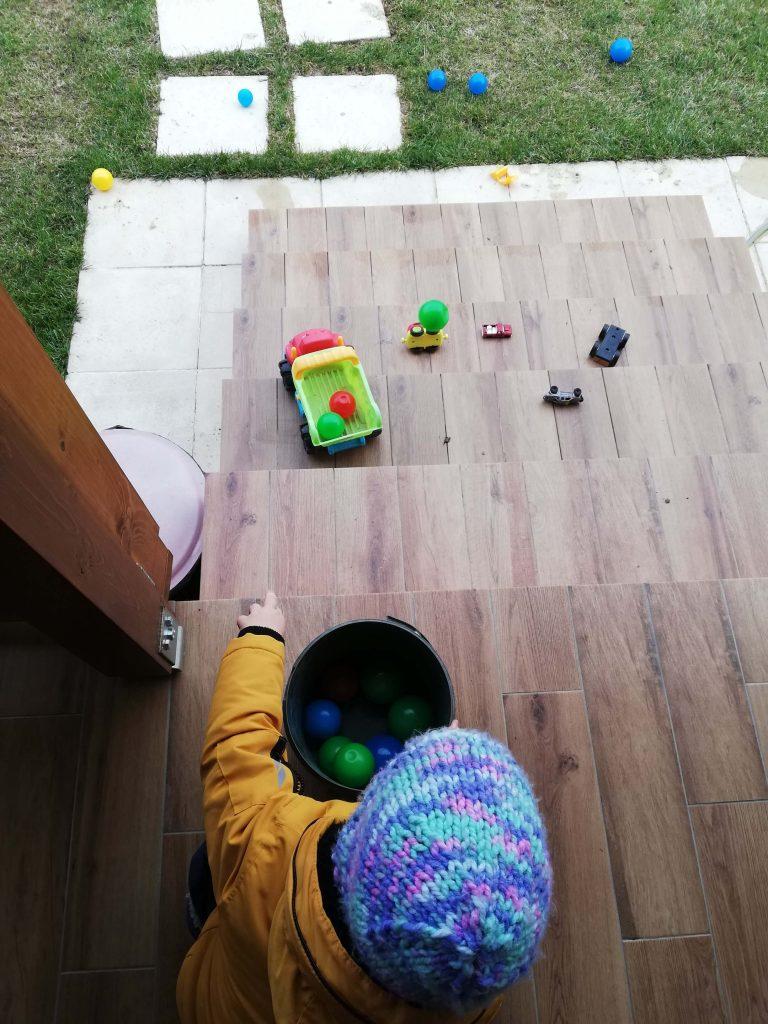 activitate-toddler-doi-ani-aruncat-mingi-pe-scari