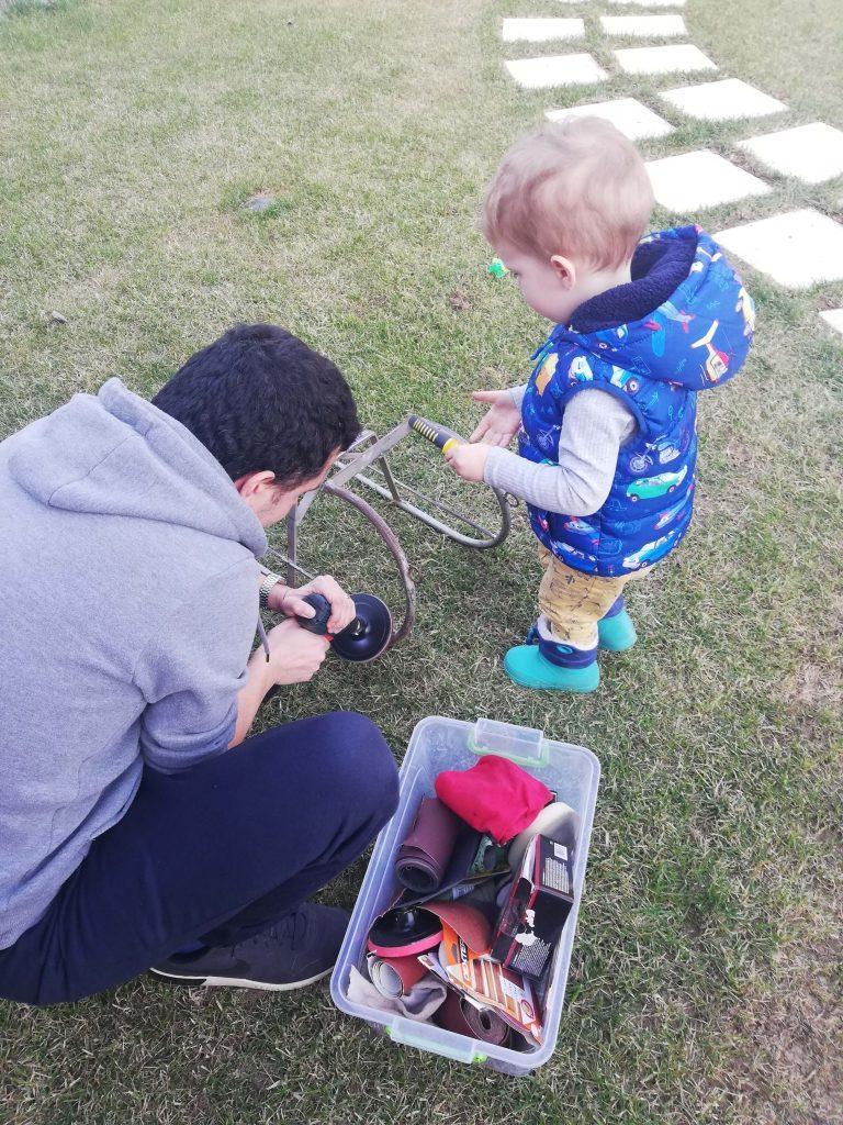 activitate-toddler-doi-ani-cu-tati-slefuit