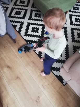 activitate-toddler-doi-ani-dat-cu-aspiratorul