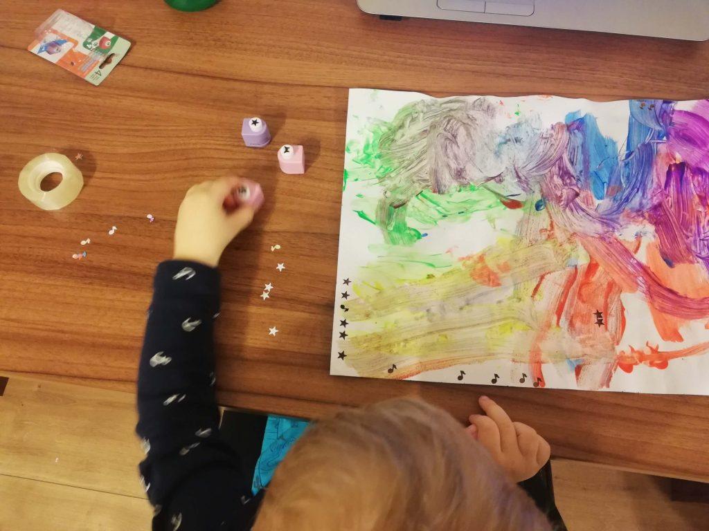activitate-toddler-doi-ani-perforator-de-hartie-colorata