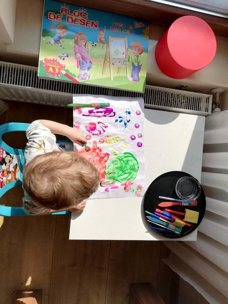 activitate-toddler-doi-ani-pictura-acuarele-fluorescente