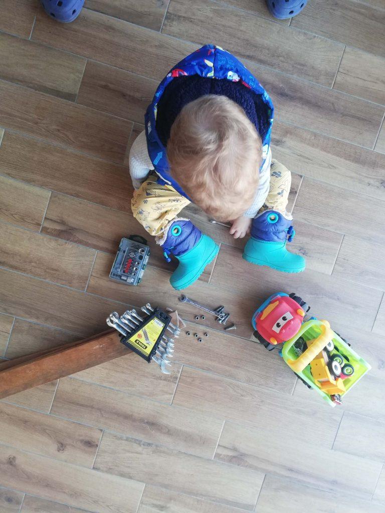 activitate-toddler-doi-ani-reparatul-masinii-cu-surubelnite-si-piulite