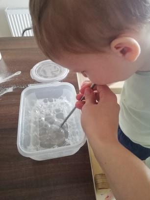 activitate-toddler-doi-ani-suflat-baloane-de-sapun
