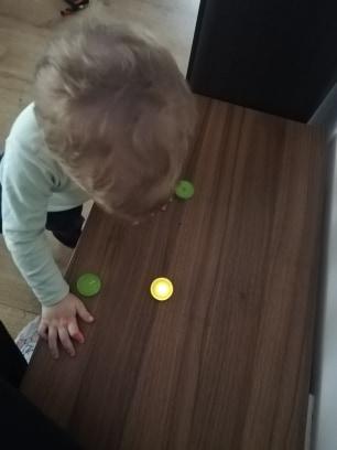 activitate-toddler-doi-ani-suflat-in-lumanari